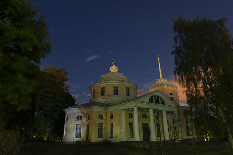 Ortodoksinen Pyhän Nikolaoksen kirkko yöllä kuvattuna.