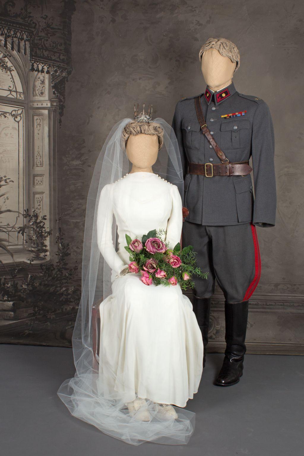 Mallinukkien päällä morsiamella valkea hääpuku ja päässä lotta-kruunu. Sulhasella sotilaspuku. Häät 1943.