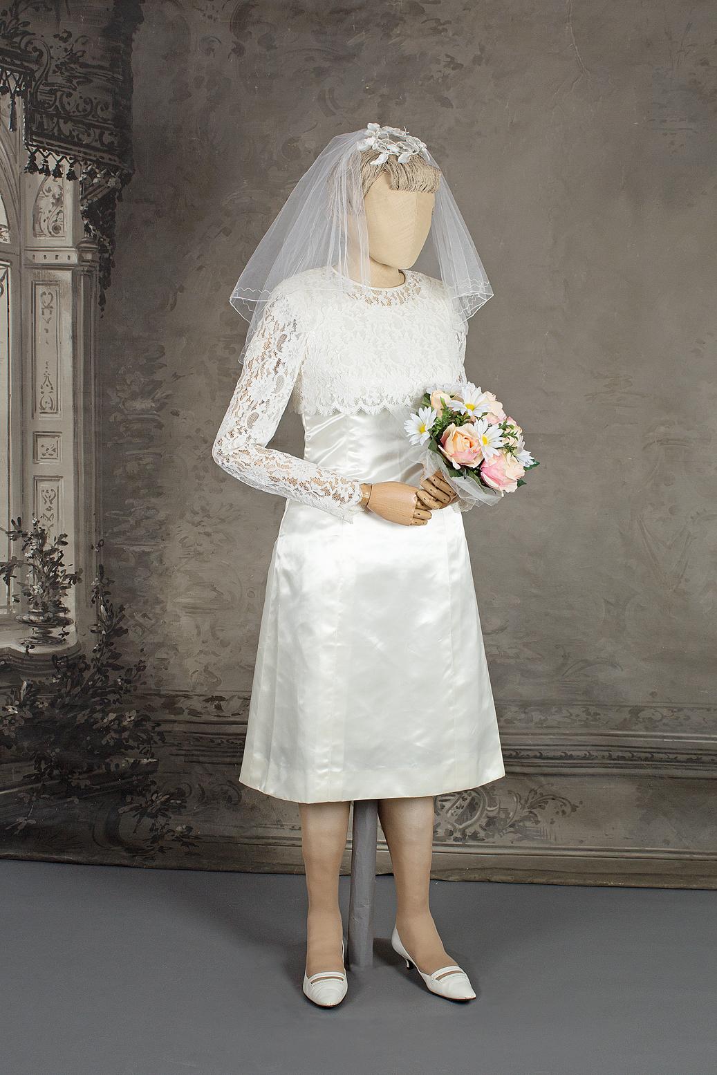 Mallinuken päällä valkea polviin ulottuva hääpuku. Häät 1965