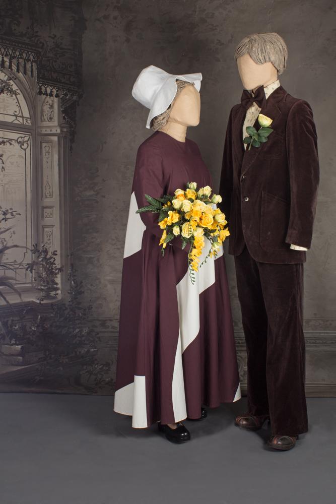 Mallinukkien päällä morsiamella ruskea-valkoinen maximekko ja sulhasella ruskea vakosamettikankaasta tehty puku. Häät 1979.
